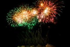 Kolorowi fajerwerki nad nocnym niebem Obraz Stock