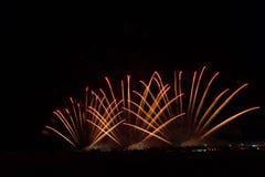 Kolorowi fajerwerki nad nocnym niebem Fotografia Stock
