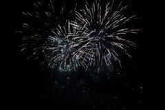 Kolorowi fajerwerki nad nocnym niebem Fotografia Royalty Free
