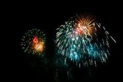 Kolorowi fajerwerki nad nocnym niebem Zdjęcie Stock