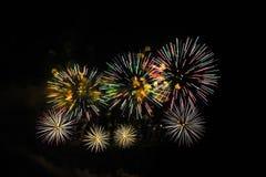 Kolorowi fajerwerki różnorodni kolory nad nocnym niebem Fotografia Royalty Free