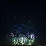 Kolorowi fajerwerki różnorodni kolory nad nocnym niebem Zdjęcia Stock