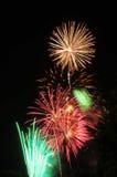 Kolorowi fajerwerki w nocnym niebie Obraz Stock