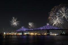 Kolorowi fajerwerki wybuchają nad mostem Montreal's 375th rocznica świecący kolorowy interaktywny Jacques C Zdjęcia Royalty Free