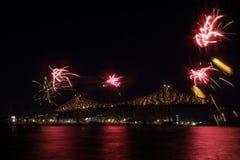 Kolorowi fajerwerki wybuchają nad mostem Montreal's 375th rocznica świecący kolorowy interaktywny Jacques C obraz royalty free