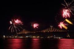 Kolorowi fajerwerki wybuchają nad mostem Montreal's 375th rocznica świecący kolorowy interaktywny Jacques C Fotografia Royalty Free
