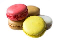 Kolorowi francuscy macaroons na błękitnym stołu zakończeniu w górę widoku obrazy stock