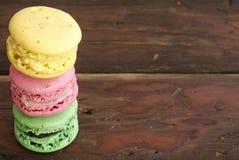 Kolorowi francuscy macaroons na ciemnym drewnianym stole zdjęcie stock