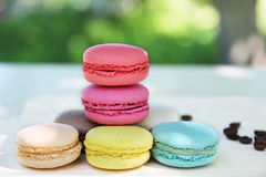 Kolorowi francuscy macaroons z kawą na natury tle Obraz Royalty Free