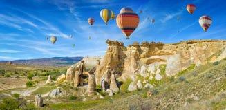 Kolorowi gorące powietrze balony w Cappadocia blisko Goreme, Turcja zdjęcia stock