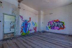 Kolorowi graffiti w grodowym pokoju fotografia stock