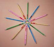 Kolorowi grafitowi ołówki na czarnym tle obrazy stock