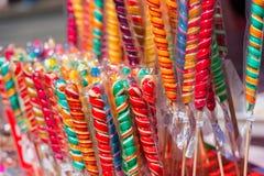 Kolorowi handmade zawijasów lizaki na ulicznym rynku obrazy stock