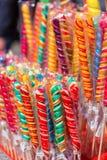Kolorowi handmade zawijasów lizaki na ulicznym rynku zdjęcia royalty free