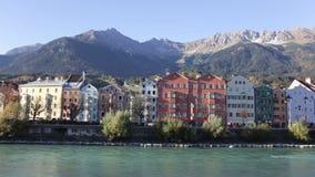 Kolorowi Historyczni budynki austerii rzeką zbiory