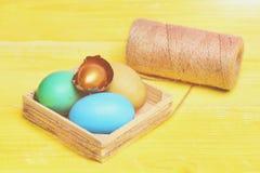Kolorowi i złoci Easter jajka z Obraz Stock