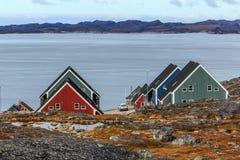 Kolorowi Inuit domy przy fjord Obrazy Royalty Free