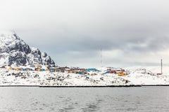 Kolorowi Inuit domy Sisimiut miasto, widok od fjord, Gre Zdjęcie Stock