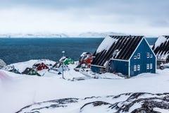 Kolorowi inuit domy w przedmieściu arktyczny kapitałowy Nuuk Obrazy Stock