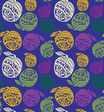 Kolorowi jabłka z bogatym wystrojem na zmroku - błękitnego tła wektoru bezszwowy wzór Fotografia Royalty Free