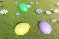 Kolorowi jajka w ??ce na s?onecznym dniu z pi?knymi kwiatami, Stubarwni maluj?cy Easter jajka na trawie, gazon ilustracja wektor