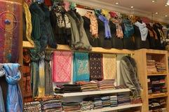 Kolorowi jedwabniczy krawaty w jeden rynek w Istanbuł bazarze obraz royalty free