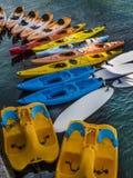 Kolorowi kajaki i paddle łodzie Obraz Stock