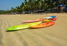 Kolorowi kajaki kłama na Palolem plaży, Goa, India Obrazy Royalty Free