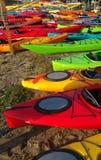 Kolorowi kajaki na brzeg Obraz Royalty Free