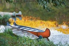 Kolorowi kajaki na rzece Zdjęcie Stock