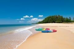 Kolorowi kajaki na tropikalnej plaży spokojnym błękitnym morzu w Phuke i Zdjęcia Stock