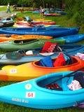 Kolorowi kajaki przy Pigg rzeką Wędrują Zdjęcie Royalty Free