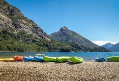 Kolorowi kajaki w jeziorze otaczającym górami przy Bahia Lopez w Circuito Chico, Bariloche -, Patagonia, Argentyna obraz royalty free