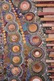 Kolorowi kamienie i ceramiczny tworzący na czerwonej cegle Obrazy Royalty Free