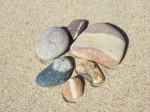 Kolorowi kamienie na piasku Zdjęcia Stock