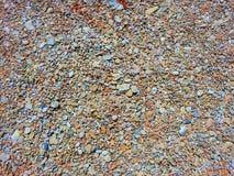 Kolorowi kamienie rozpraszaj?cy na ziemi fotografia royalty free