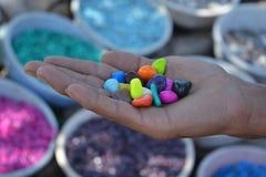 Kolorowi kamienie w ręce Obraz Stock