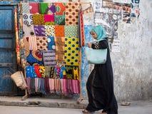 Kolorowi kangas i kitenges w Kamiennym miasteczku, Zanzibar Fotografia Stock