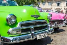 Kolorowi klasyczni amerykańscy samochody w Hawańskim Zdjęcia Stock