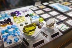 Kolorowi klejnoty i półszlachetni kamienie w sklepie jubilerskim fotografia stock