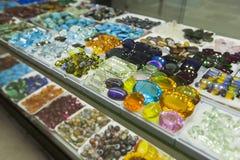 Kolorowi klejnoty i półszlachetni kamienie w sklepie jubilerskim obrazy royalty free