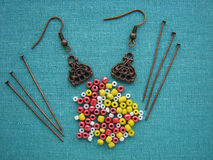 Kolorowi koraliki i kawałki dla robić kolczykowi, handmade biżuteria Zdjęcia Stock