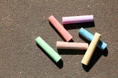 Kolorowi kreda kije na asfalcie zdjęcie royalty free