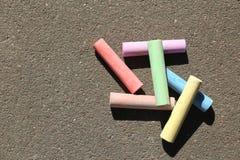 Kolorowi kreda kije na asfalcie fotografia stock