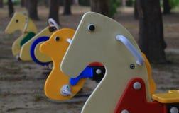 Kolorowi Kształtujący Kołysa konie w parku Obrazy Stock