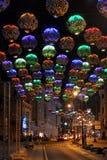 Kolorowi kwiatów światła na Bolshaya Dmitrovka, Moskwa nocą - Zdjęcie Stock