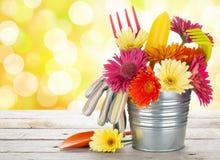 Kolorowi kwiaty i ogrodowi narzędzia Fotografia Royalty Free