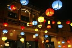 Kolorowi lampiony dekorują ulicy w Vietnam hoi fotografia stock