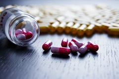 Kolorowi lekarstwa i nadprogramy, pigułki butelka, zakończenie obrazy stock
