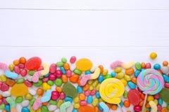 Kolorowi lizaki i różny barwiony round cukierek na białym tle zdjęcia stock